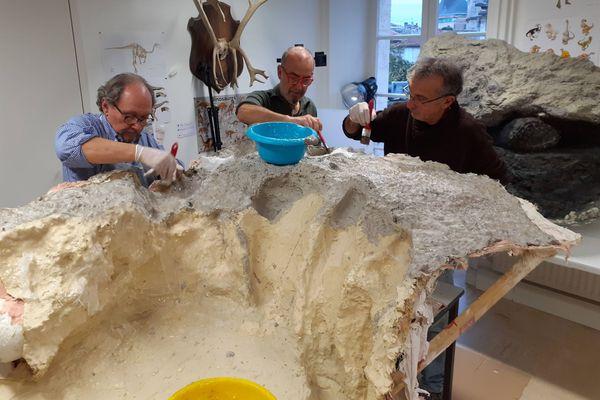 Le travail pour réaliser une copie en résine de la patte de dinosaure géant, au musée d'Angoulême.