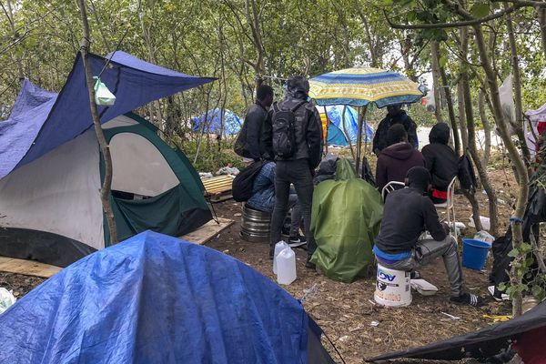Malgré les mesures de confinement, les camps des personnes migrantes à Calais continuent d'être démantelés.