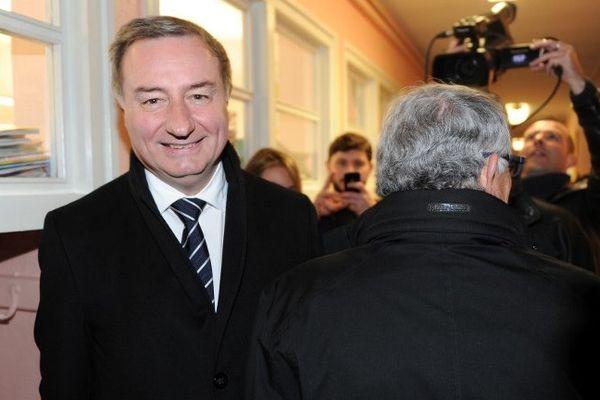 Jean-Luc Moudenc et Pierre Cohen (de dos) se sont croisés dans un bureau de vote dimanche