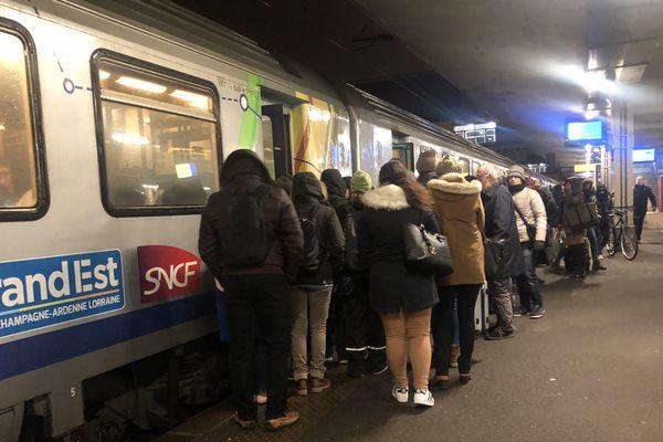 le premier train du jour, le 9 décembre, lors d'un jour de grève à la gare pour le TER Mulhouse - Strasbourg