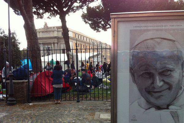 Des milliers de pèlerins ont dormi près de la place St Pierre à Rome
