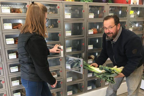 La vente automatique en casiers de produits fermiers fait un carton en ce moment. Certains consommateurs préfèrent être seuls dans ces commerces sans public, pour faire tranquillement leurs courses