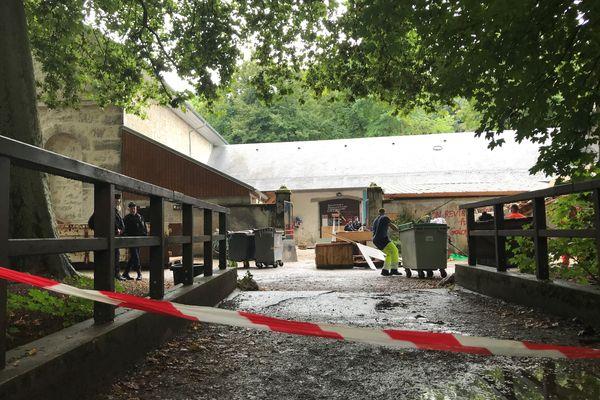 Les services de la ville de Chambéry nettoient les écuries de Boigne le 28 juillet 2021 après l'évacuation des occupants.