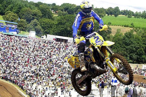 Mickaël Pichon sur le circuit d'Ernée (Mayenne), en 2001. Le Français a remporté cette 8 ème manche de la coupe du monde 250cc, au guidon de la Suzuki n°2.