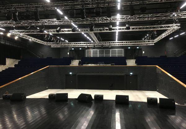 Une salle des fêtes modulable, totalement modernisée. Elle peut accueillir jusqu'à 1095 spectateurs.