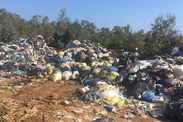 Depuis la vidéo postée sur les réseaux sociaux le 10 octobre, le tas d'ordures a baissé.