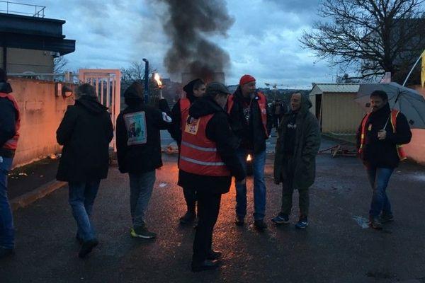Les manifestants devant le centre de tri postal à Onet-le-Château (12)