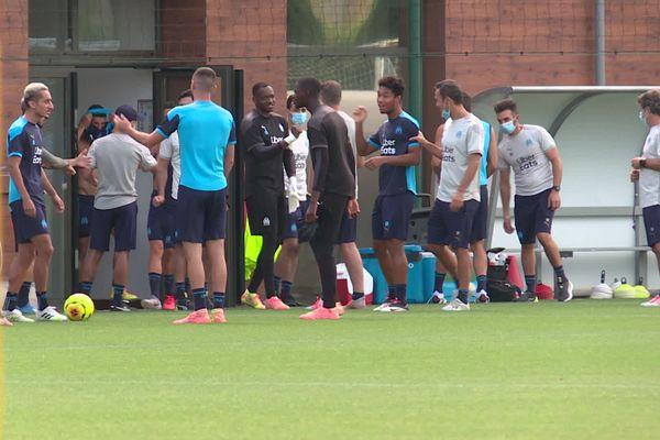 Steve Mandanda salue ses coéquipiers lors de l'entrainement public de l'Olympique de Marseille le 13 août dernier à Marseille.