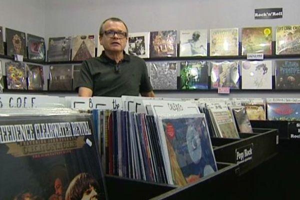 """Patrick Foulhoux est amoureux des vinyls. Il est aussi l'auteur de l'ouvrage """"Les 50 ans du rock à Clermont-Ferrand"""". Un livre à paraître le 22 novembre et consacré aux musiciens qui ont marqué la scène rock clermontoise."""
