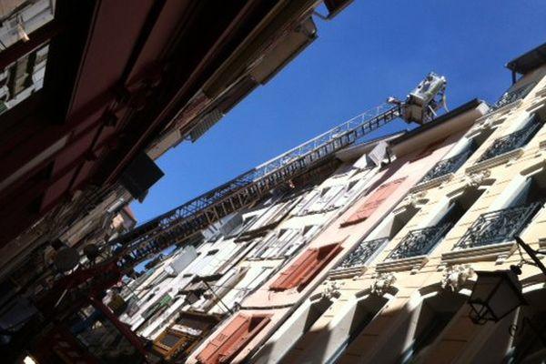 C'est dans cet immeuble, rue Saint-Jacques, au Puy-en-Velay, que le feu a pris au dernier étage, à cause d'un appareil électrique défectueux.