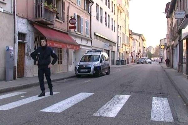 La rue Francisque Bonnier, à Vienne, bouclée par la police