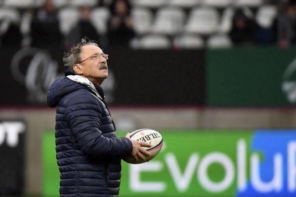 Jacques Brunel mène l'échauffement avant le match contre le Stade Français à Jean-Bouin, le 30 décembre 2017 à Paris.
