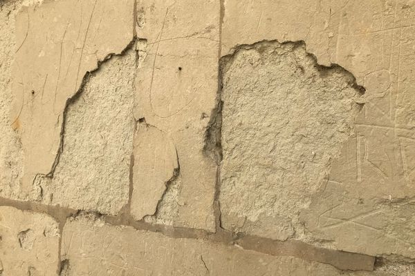 Des murs en tuffeau qui s'effritent, dans les rues de Saumur