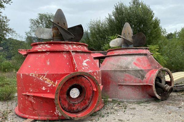 """Des turbines utilisées pour produire de l'électricité en attente d'être évacuées suite à la suppression des """"seuils"""" dans le Var (Alpes-Maritimes)"""