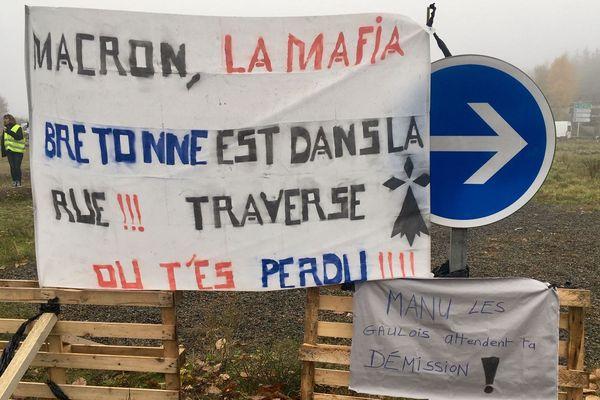 Une centaine de manifestants en gilets jaunes ont organisé le blocage du rond point de Kernilien, près de Guingamp.