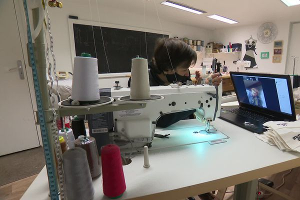 A Saint-Etienne, Souad donne des cours de couture en visio ... reconfinement oblige.