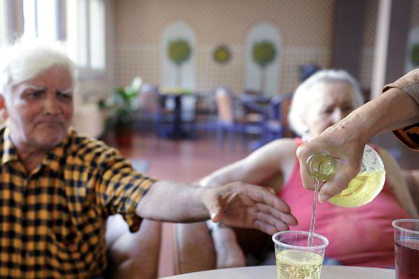 Les personnes âgées et les personnes handicapées sont particulièrement sensibles aux fortes chaleurs.