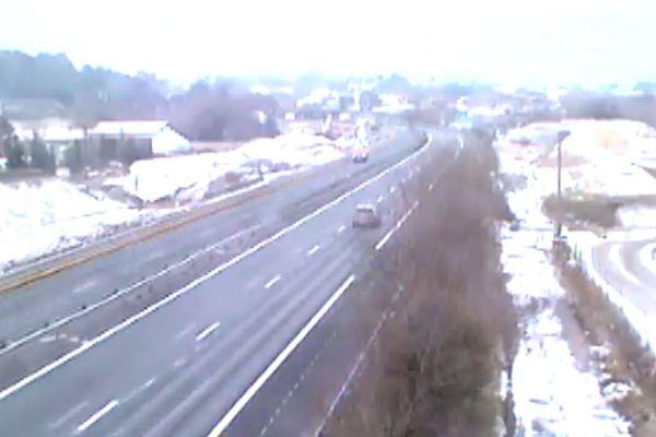 La neige tient sur les bas-côtés de l'A63 près de Bidart