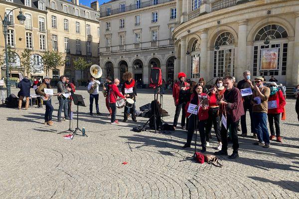 Un orchestre de rue et des chœurs pour dénoncer la loi Sécurité Globale.