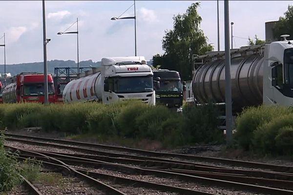 Des camions citerne aux abords du terminal Rubis au sud de Rouen