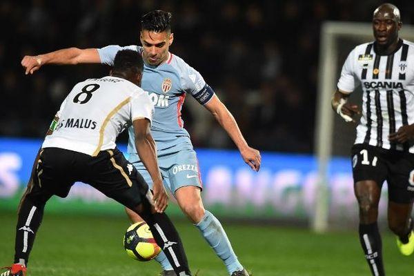 Radamel Falcao a mené la vie dure aux Angevins en marquant deux buts.