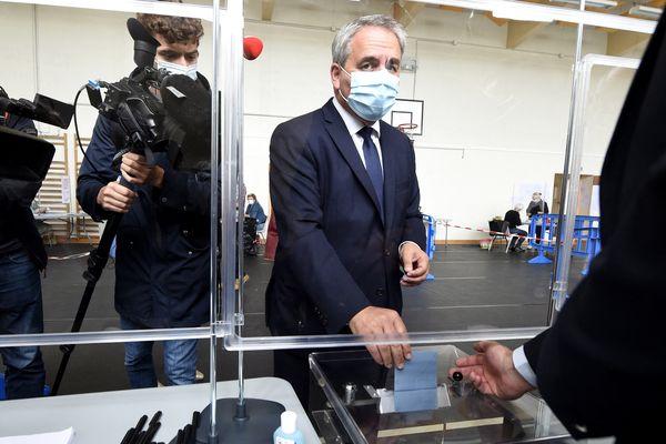 Xavier Bertrand déposant son bulletin dans son bureau de vote à Saint-Quentin dans l'Aisne.