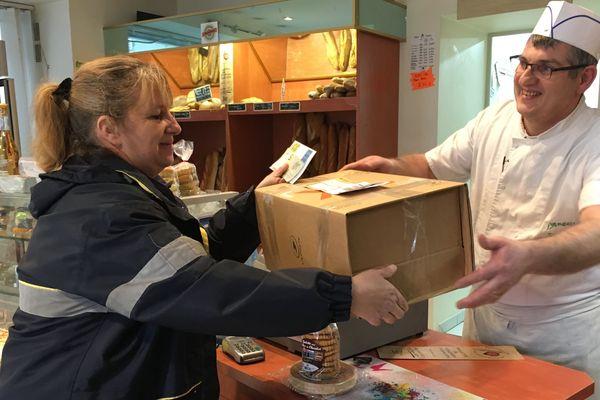 David Fèvre, artisan-boulanger à Fenioux remet son colis pour l'Elysée.