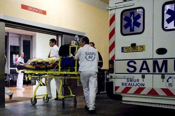 Archives. Une ambulance amène un patient au service des Urgences de l'hôpital Beaujon, à Clichy, au Nord de Paris.