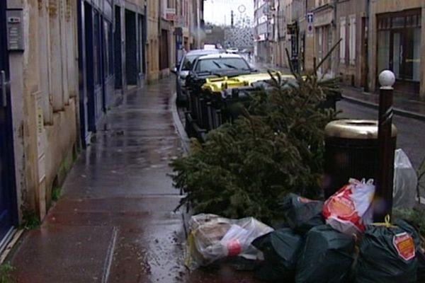 Une rue du vieux Metz. Derrière le tas d'ordures, on distingue les conteneurs tout neufs.