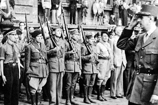 Lyon en septembre 1944, le général de Gaulle passe en revue des FFI devant l'hôtel de ville après la Libération.