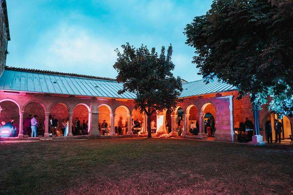 Journées du patrimoine 2021, samedi 18 septembre :DJ set électronique et saxophoniste à Saint-Emilion dans ce cloître devenu lieu de festivités