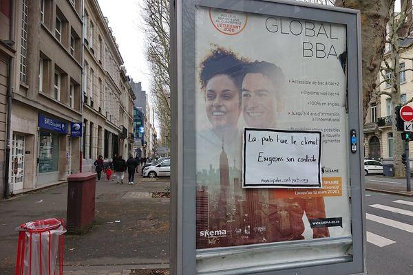 Vendredi 14 février, une trentaine de panneaux publicitaires ont été partiellement ou totalement recouverts par les militants d'ANV COP21.