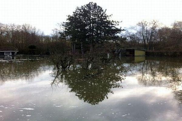 Un jardin inondé à Neuville-sous-Montreuil, le 29 décembre.