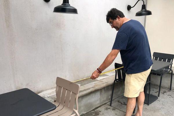 Le restaurateur installe sa terrasse