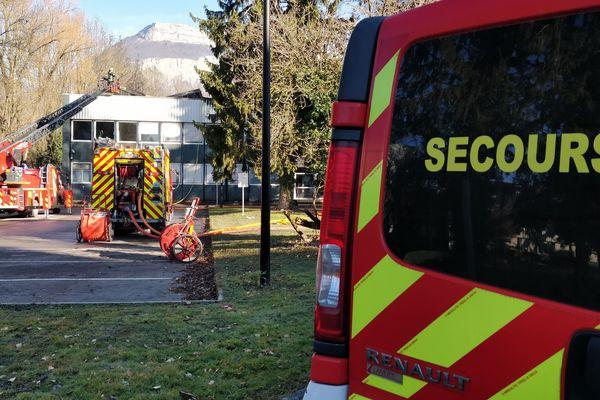 Les pompiers sont toujours sur place.