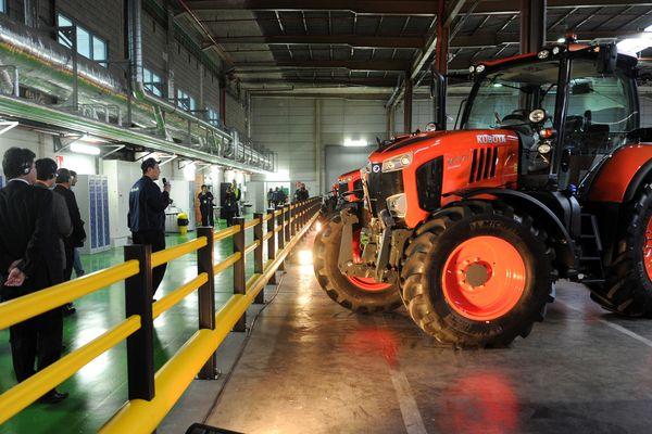 Inauguration de l'usine d'assemblage Kubota de Bierne (Nord), en 2015.