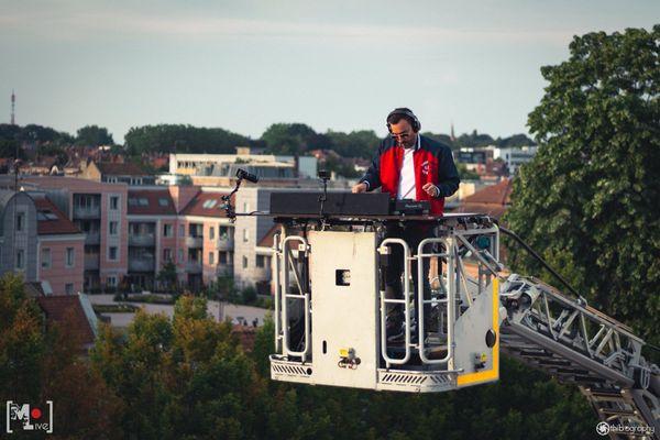 Mixer dans une nacelle à 19 mètres de haut : une première pour le DJ Manu Falcon le 14 juillet !