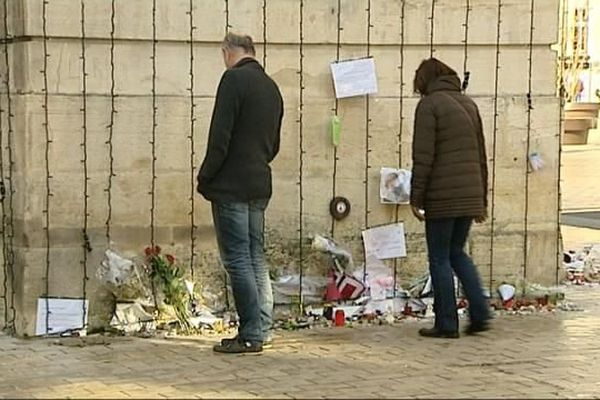 Les archives municipales de Dijon souhaitent conserver les lettres et dessins déposés sous la Porte Guillaume suite aux attentats du 13 Novembre.