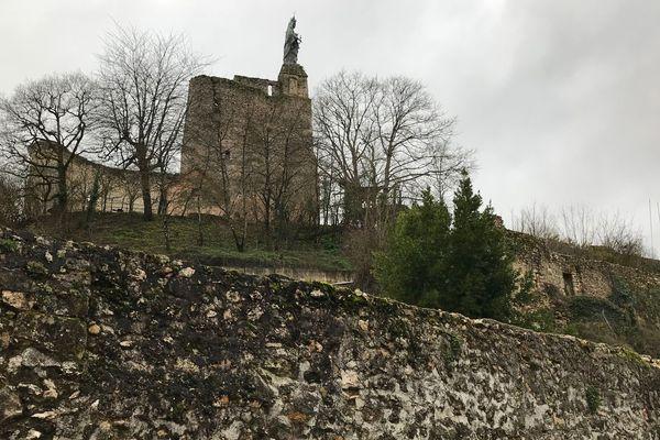Une vue de la forteresse de Montbazon, perchée sur son promontoire, prise depuis la rue des Moulins