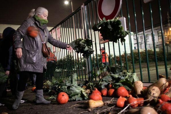 Les manifestants, arrivés aux grilles de l'usine, ont balancé des légumes apportés par un maraîcher pour dénoncer le manque de transparence sur les conséquences de l'incendie de l' usine classée Seveso.