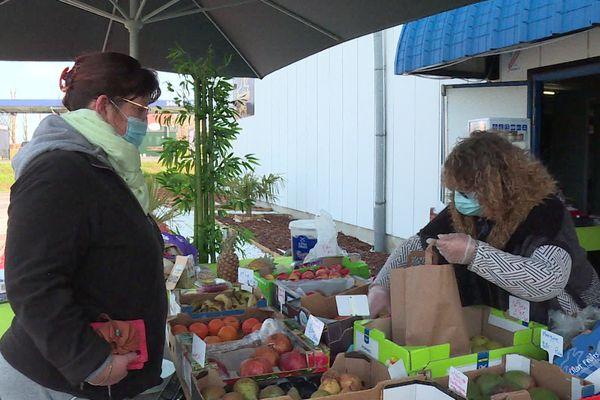 Patronne d'une discothèque à Tergnier dans l'Aisne, Priscillia Huppe est contrainte de vendre des fruits et légumes depuis le mois de mars pour s'assurer un revenu.