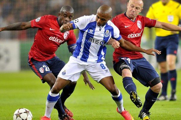 Le LOSC s'est incliné mercredi soir 0-1 face à Porto au stade Pierre Mauroy . Ici, Rio Mavuba et Florent Balmont en prise avec le milieu du FC Porto Romain Brahimi