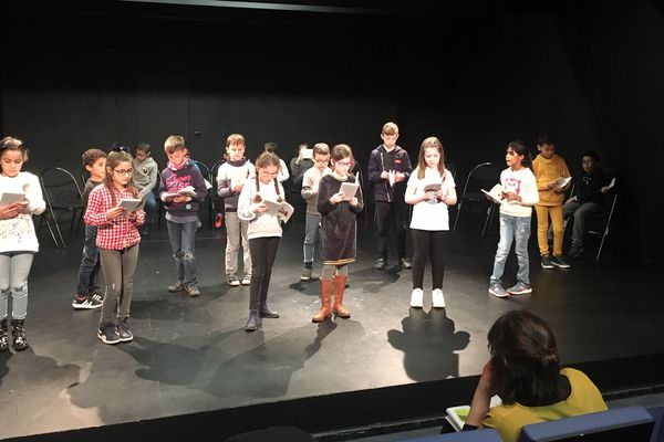 Les élèves de CE2 s'entraînent avant la représentation au théâtre du Nord