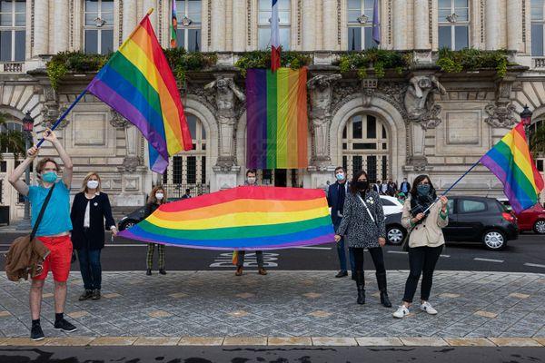 Un grand drapeau avait été déployé sur la façade de la mairie de Tours le week-end dernier.