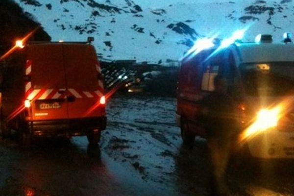 Agents du Conseil général et pompiers à pied d'œuvre sur une chaussée recouverte de boue