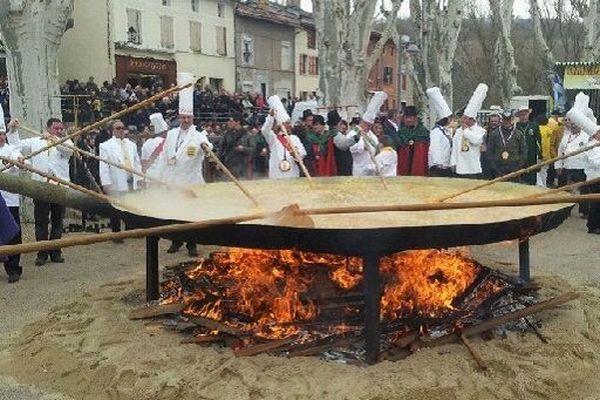 15 000 oeufs sont nécessaires pour faire cette omelette géante.
