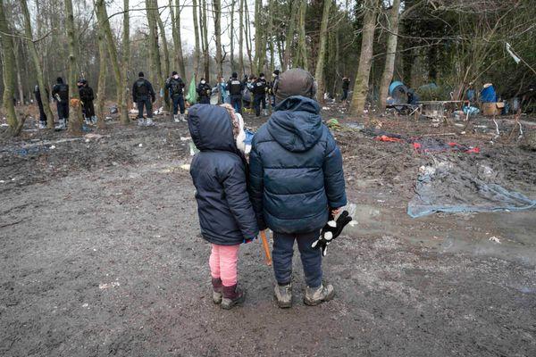 Deux enfants assistant au démantèlement de leur campement, Grande-Synthe , janvier 2021