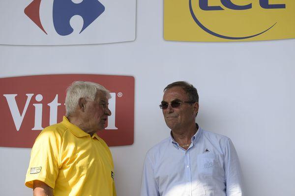 Raymond Poulidor (gauche) s'entretient avec Bernard Hinault lors du 102e Tour de France, en 2015.