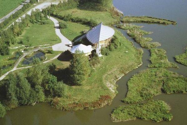 Vue aérienne de l'écopôle du Forez et de son bâtiment principal- Archives