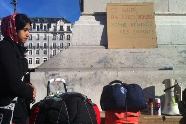 Depuis lundi 9 heures, des rassemblements ont lieu place de Jaude à Clermont-Ferrand, pour soutenir les 350 personnes qui se sont retrouvées à la rue le matin même. Avec enfants et bagages.